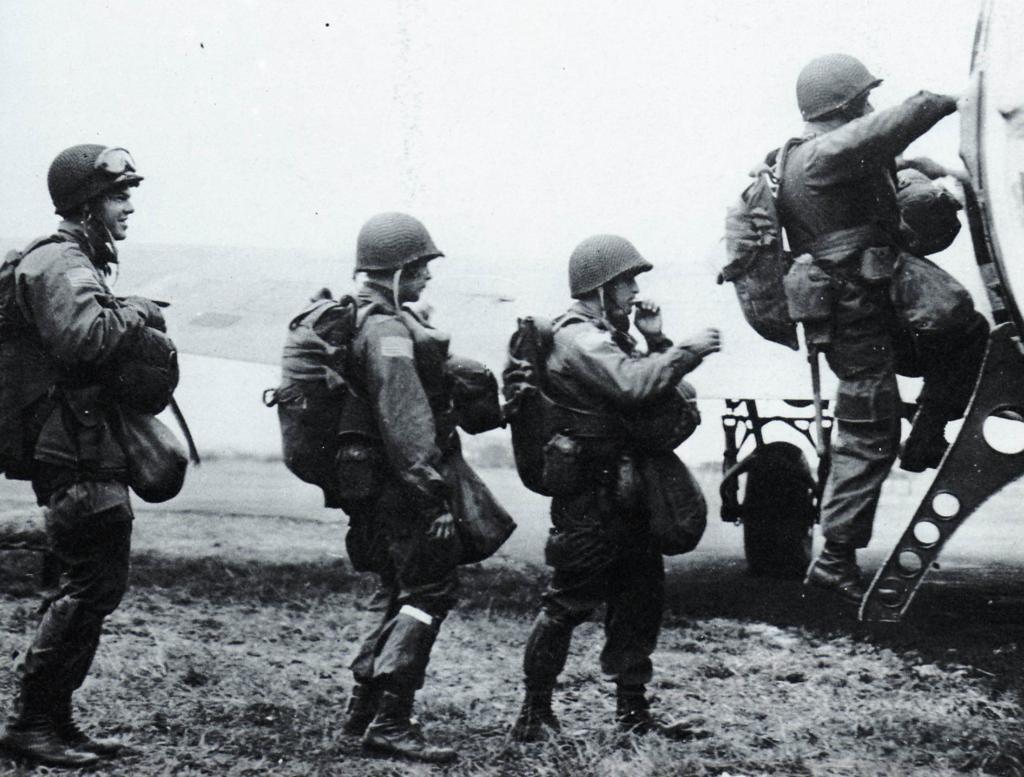 Paracaidistas de la 101ª Div. Aerotransportada subiendo a un C-47, el 17 de septiembre