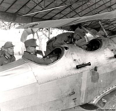 Un Romano R-82 capturado es observado por soldados alemanes