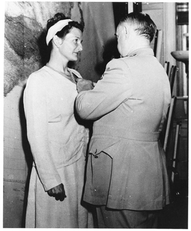 Virginia Hall recibe la Cruz del Servicio Distinguido en 1945 por parte del general Donovan