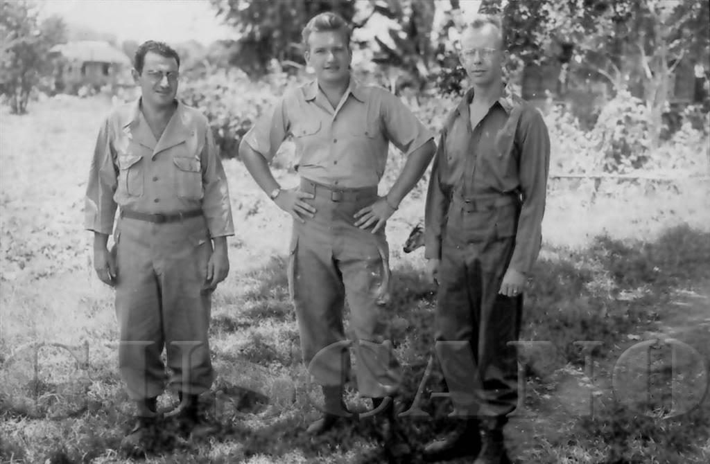 Fotógrafo de combate George W. Arend durante su misión, Arend es el de la derecha