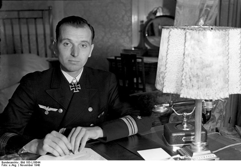 El Korvettenkapitän Otto Kretschmer fotografiado en su despacho, noviembre de 1940